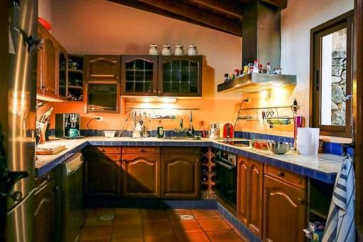 Voll ausgestattete Holzküche