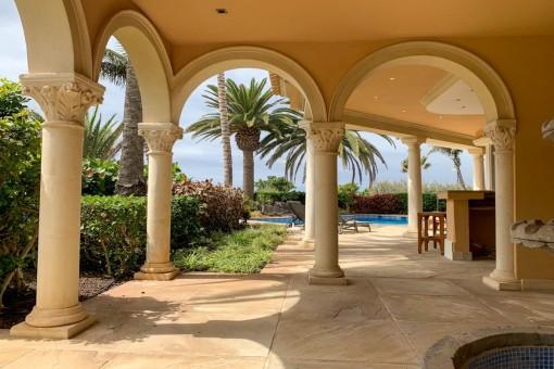 Überdachte Terrasse und Pool