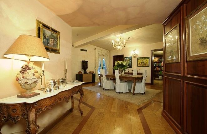 Blick auf Esszimmer und Bibliothek vom Eingang zum Salon