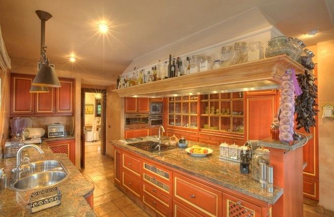 Komplett ausgestattete hochwertige Küche mit viel Arbeitsfläche und Schrankraum