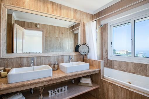 Badezimmer mit Badewann
