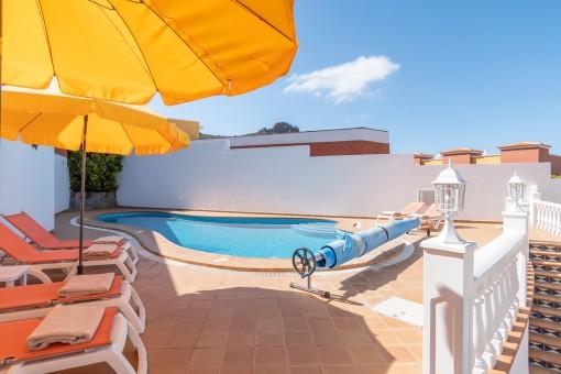 Sonnige Pool Terrasse