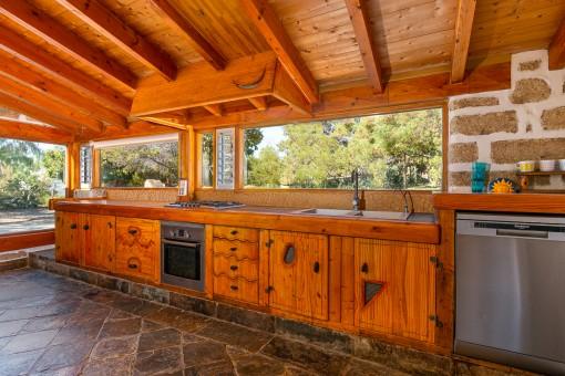 Holzküche mit Blick in den Garten