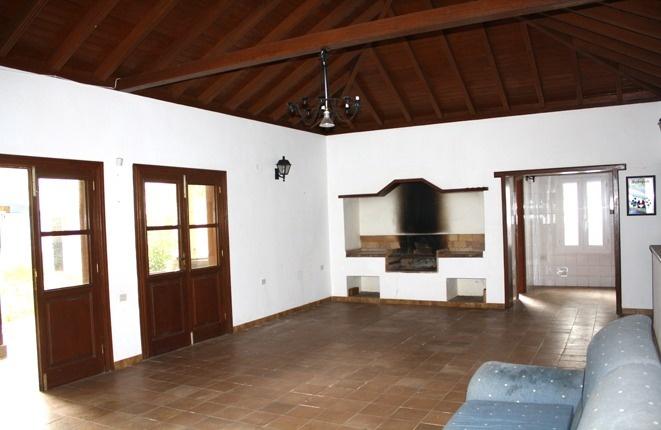 Großes Wohnzimmer mit Grill im kleinen Haus