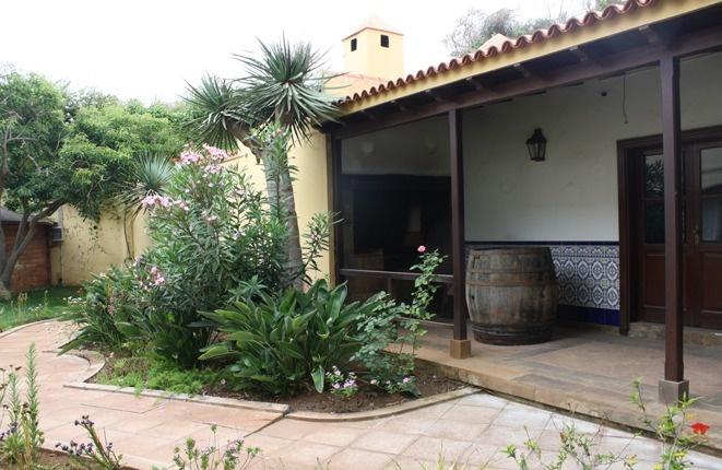 Kleines Haus mit Grill, großes Wohnzimmer und Weinkeller