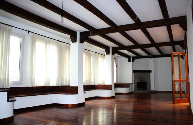 Großes und gemütliches Wohnzimmer mit Kamin.