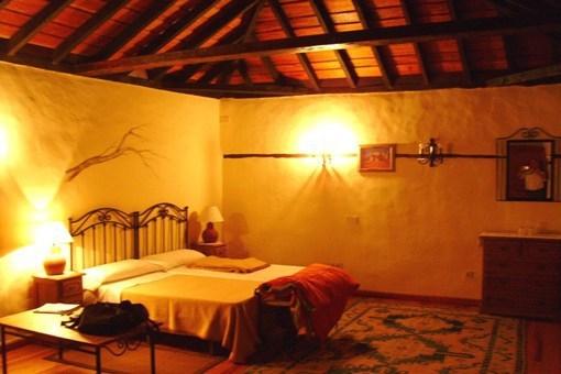 Großzügiges Schlafzimmer mit schöner Holzbalkendecke