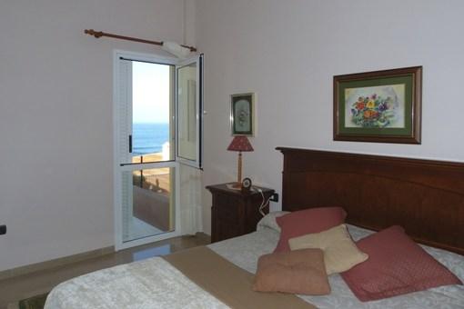 Großzügiges Schlafzimmer mit Meerblick