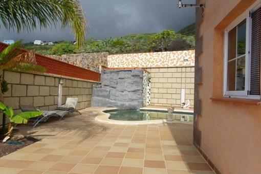 Ruhezone mit Pool und Dusche