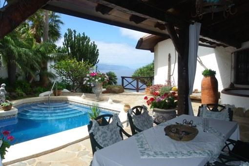 Gelungene Komposition aus Garten, Pool und Terrassen