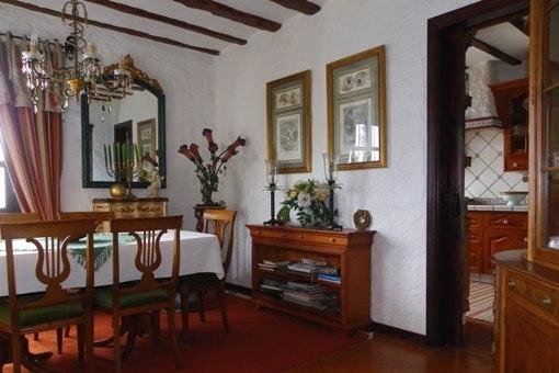 Stilvolles Esszimmer mit anschließender Küche