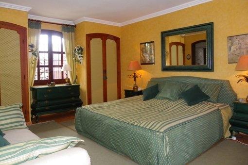Geräumiges Schlafzimmer mit Einbauschränken und Bad ensuite