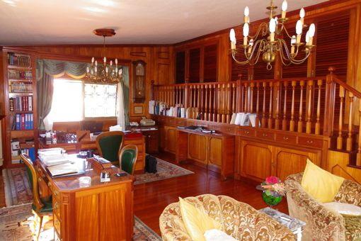 Großer Mehrzweckraum mit Edelholz und viel Stauraum