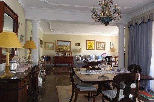 Grosszügiger Wohnbereich mit Speisezimmer