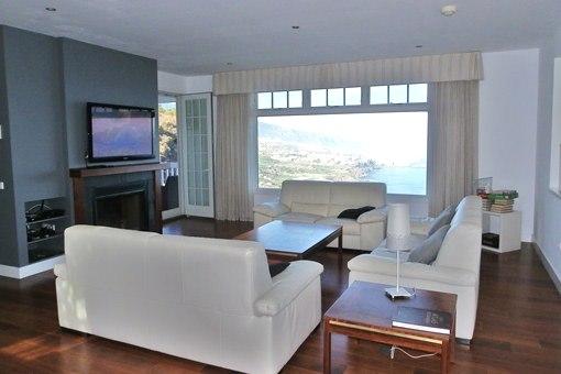 Der helle moderne Salon mit Terrasse und Panoramameerblick