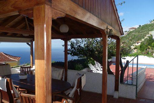 Die untere Terrasse mit Holzpavillion, Pool und herrlichem Meerblick
