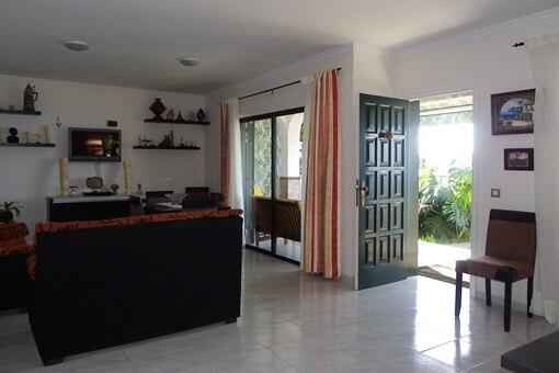 Das geräumige Wohnzimmer mit Zugang zur Terrasse