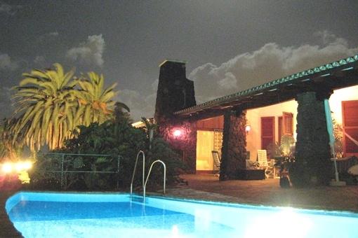 Schönes Ambiente mit Poolbeleuchtung am Abend