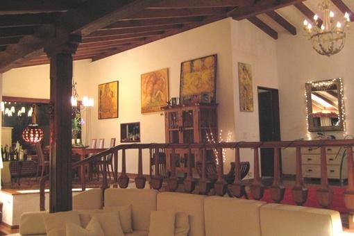 Harmonisch gegliederter Salon