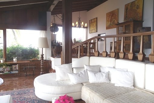Wohnzimmer mit Essbereich und hoher Balkendecke