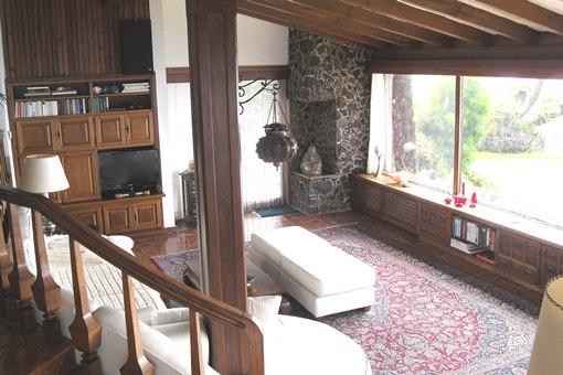 Das Wohnzimmer mit Panoramablick auf Küste und Meer