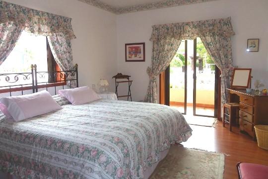 Weiteres Schlafzimmer mit großem Bett