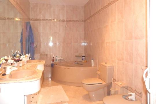 Bad mit Eckwanne und 2 Waschbecken