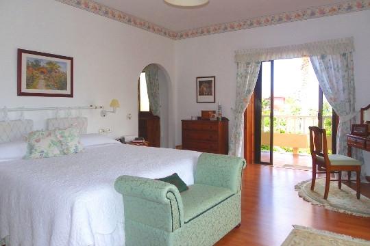 Helles Schlafzimmer mit Balkon