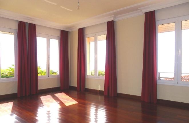 Heller und geräumiger Saal mit großen Fenstern