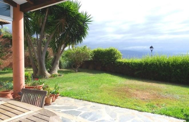 Terrasse mit Gartenbereich und Blick auf den Atlantik