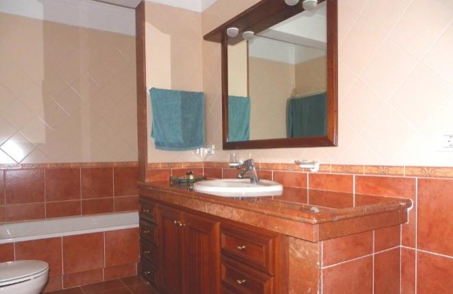 Badezimmer mit Badewanne und großem Unterschrank
