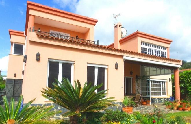 Villa mit interessanter Raumgestaltung und vielen Extras in spektakulärer Meerblicklage