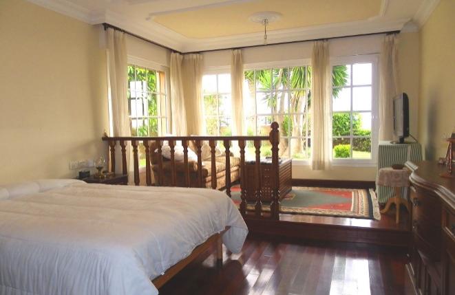 Schlafzimmer mit angrenzendem Wohnbereich
