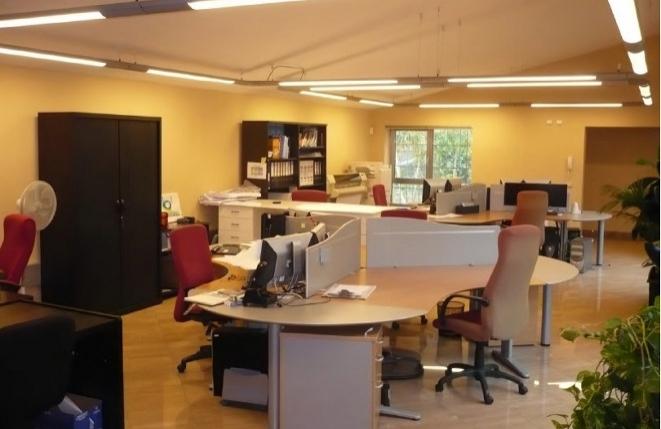 Großer Salon mit hoher Decke