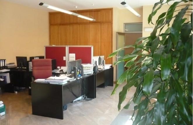 Heller Wohn- oder Büroraum mit Einbauschränken