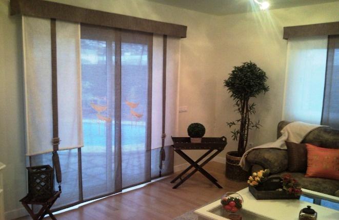Das helles Wohnzimmer mit Holzboden
