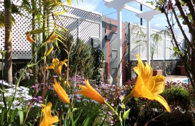 Zugang der Villa mit vielen Blumen-und-Pflanzenarten