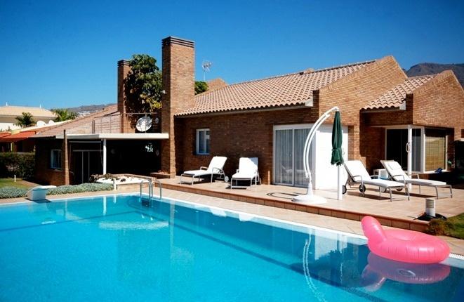 Elegant strukturierte Luxusvilla mit Panoramameerblick und großem Pool in bester Lage