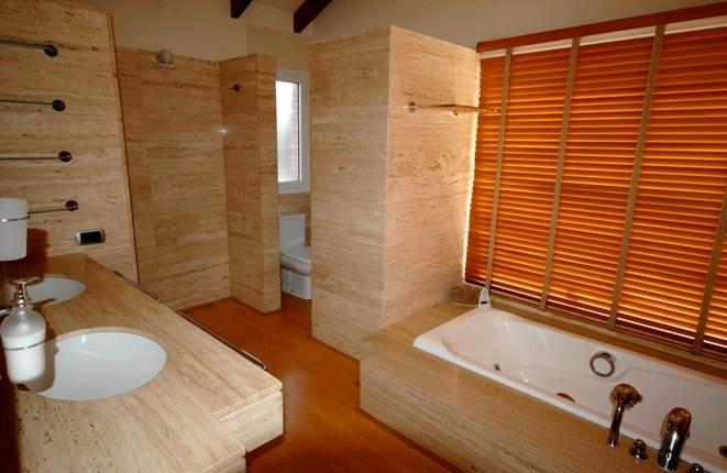 Einladendes Badezimmer mit Doppelwaschbecken, Wanne und separatem WC
