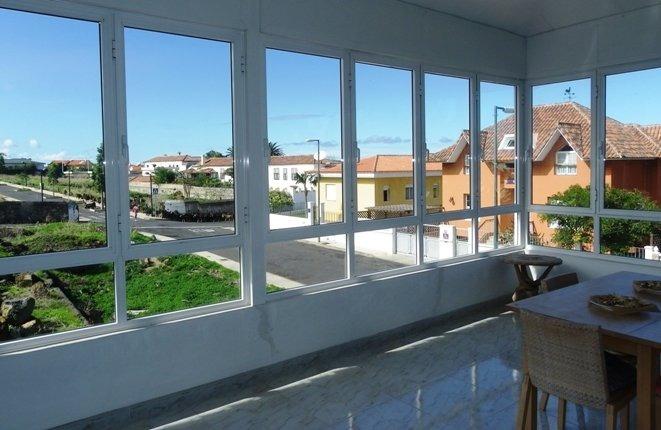 Schlafzimmer und Bad neben der oberen Terrasse