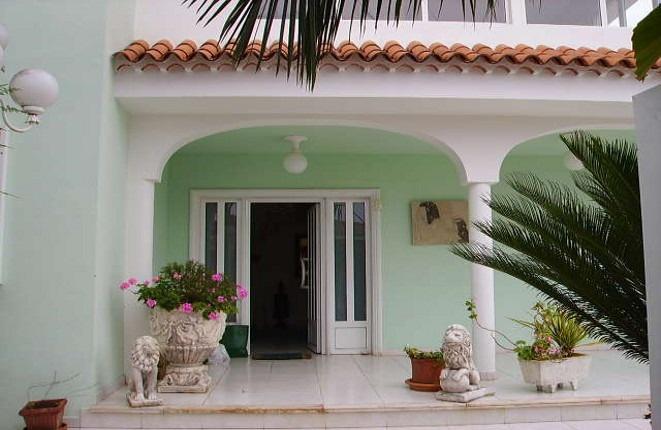 Geschützter Eingangsbereich mit Säulengang