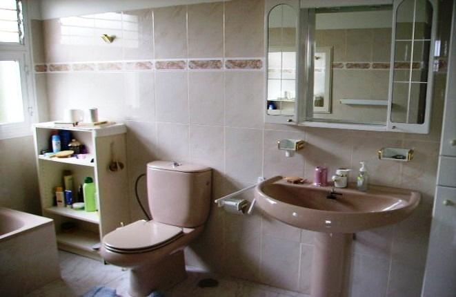 Ein weiteres Badezimmer mit Badewanne