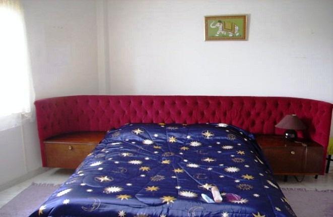 Das Hauptschlafzimmer mit Ensuite-Bad und Einbauschrank