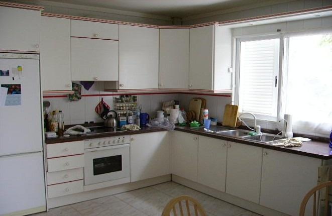 Weiße Küche mit viel Platz