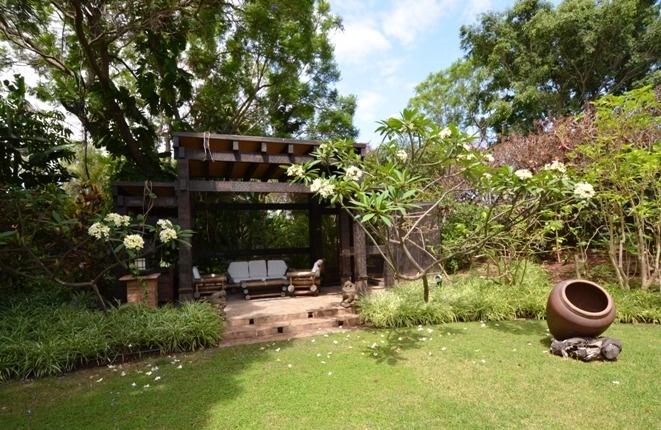 Blick vom Barbecue zur Villa und in die Gärten