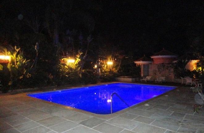 Schöne Beleuchtung in den Gärten und im Schwimmbad