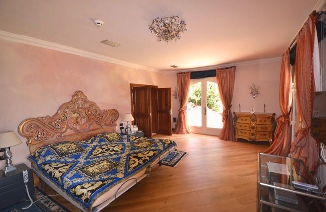 Das herrschaftliche Schlafzimmer mit großem Ensuite-Bad