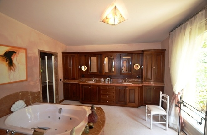 Das edle Badezimmer mit Jacuzzi und angenehmer Weite