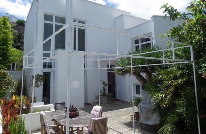 Moderne Villa mit schöner Struktur, Meerblick und großer Garage