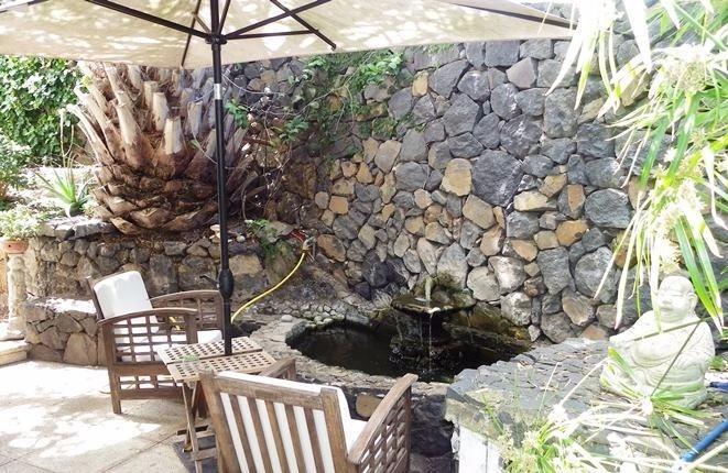 Einladende Sitzecke am Brunnen
